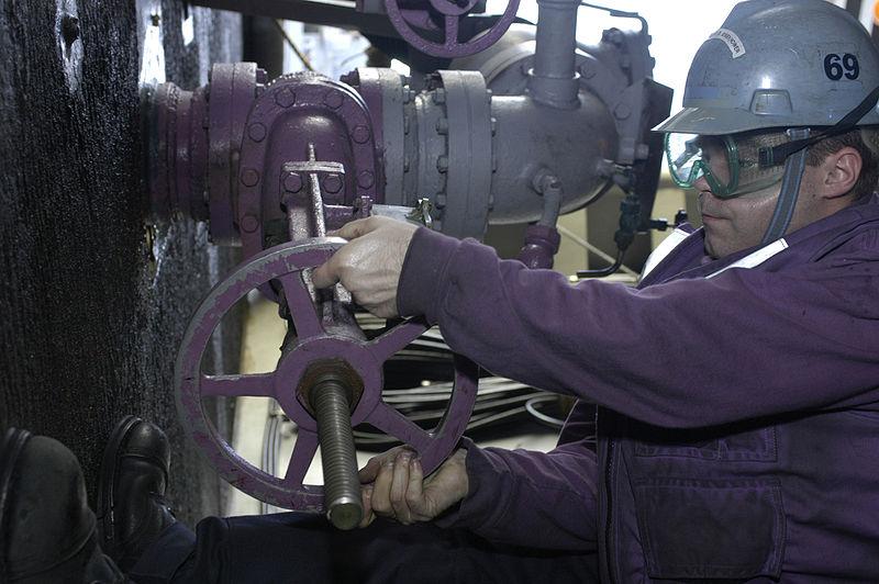 800px-USN_sailor_operates_fuel_valve_·_070115-N-9479M-004.JPEG